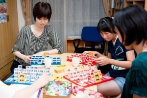 大人の生徒たちがボードゲームをしています。