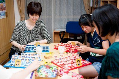 英会話高松の大人の生徒たちがボードゲームをしています。