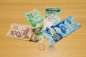 テーブルの上にカナダドルとコインがあります。