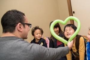 生徒たちは楽しい幼稚園児クラスと風船に大喜びです。