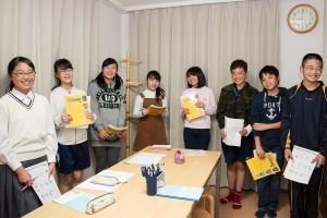 中学生の生徒たちが英会話クラスを楽しんでいます。