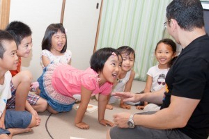 幼稚園児クラスで生徒たちがレッスンを楽しんでいます。