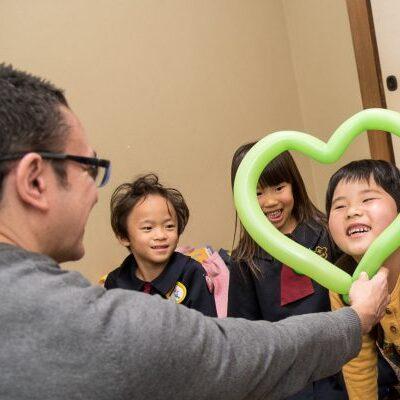 英会話高松の生徒たちは楽しい幼稚園児クラスと風船に大喜びです。