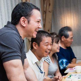 経験豊富な高松英会話ケビンズイングリッシュハウスの先生が生徒たちとレッスンを楽しんでいます。